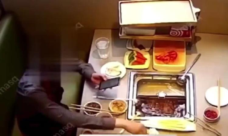 Khách bỏ gián vào nồi lẩu để tống tiền nhà hàng