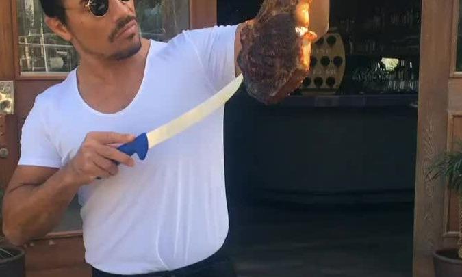 Thánh rắc muối - gã bán bít tết quyến rũ nhất internet