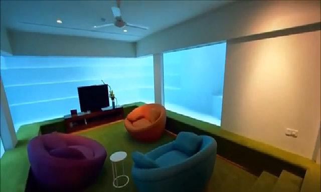 Chủ nhà bố trí phòng khách triệu đô dưới đáy bể bơi
