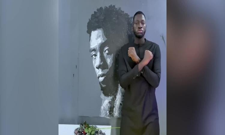 Nghệ sĩ dùng hoa hồng vẽ Chadwick Boseman