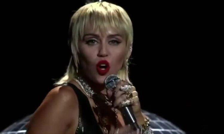 Miley Cyrus hát tại VMAs 2020.