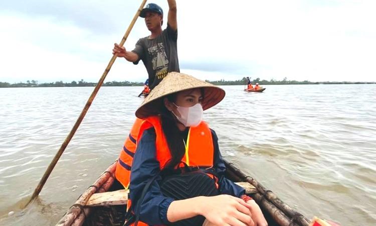 Nhiều nghệ sĩ đi cứu trợ miền Trung