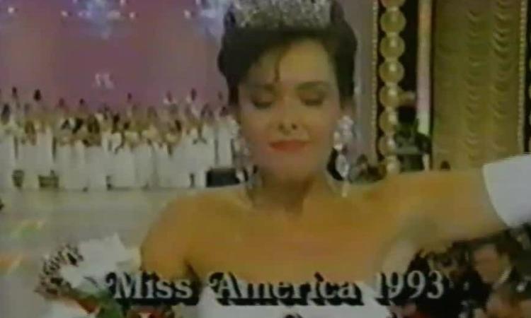 Khoảnh khắc Leanza Cornett đăng quang hoa hậu Mỹ năm 1993