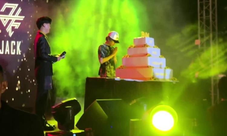 Jack tổ chức sinh nhật với hàng trăm người hâm mộ