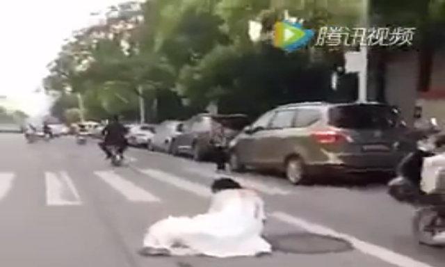 Chú rể 'đánh rơi' cô dâu giữa đường vẫn hồn nhiên đi tiếp