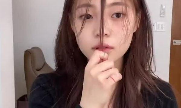 Tự tỉa tóc mái lưa thưa như gái Hàn