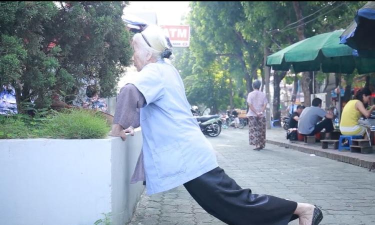 Bà cụ 90 tuổi hàng ngày chống đẩy luyện tập