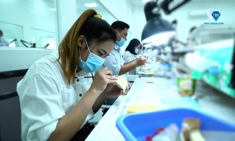 Quy trình sản xuất răng sứ ở nhà máy rộng đến 2.000 mét vuông