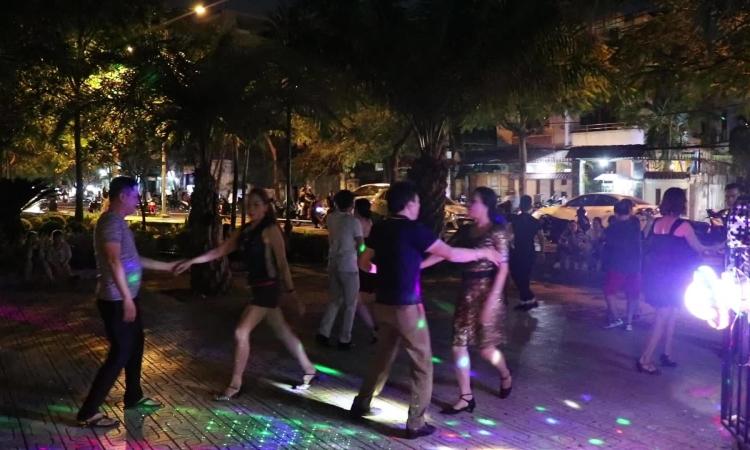 Người Sài Gòn tập luyện khiêu vũ mỗi tối ở công viên