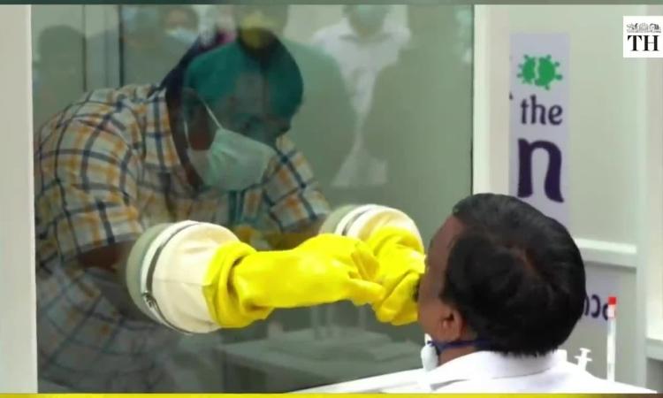 Quầy lấy mẫu xét nghiệm khép kín tại Ấn Độ