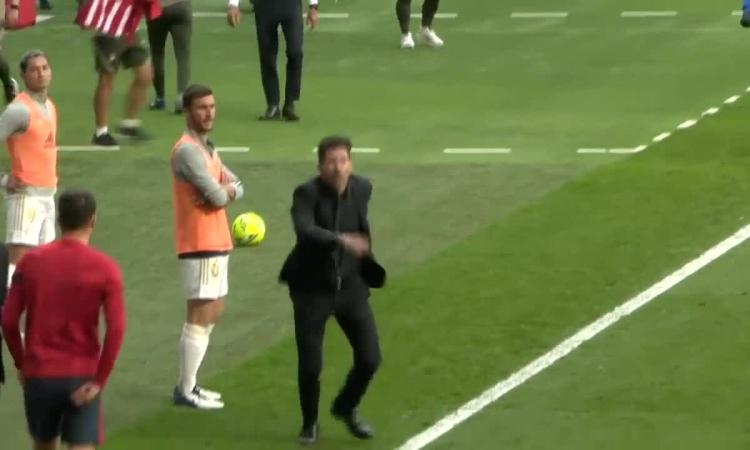 HLV Simeone nổi xung dù Atletico ghi bàn