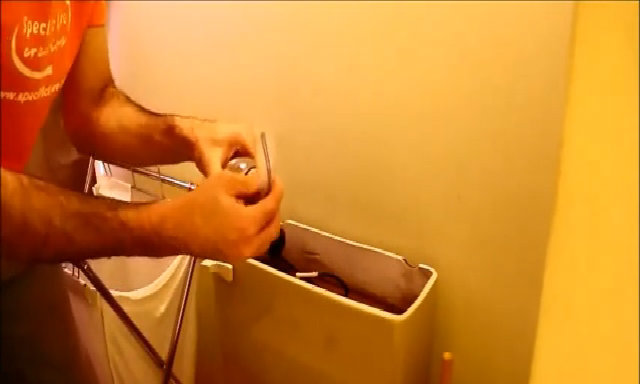 Thả tiền vào két nước ở nhà vệ sinh