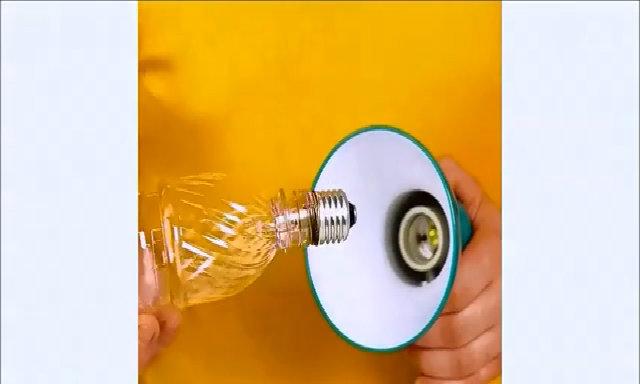 Tháo đui đèn vỡ bằng chai nước, củ khoai tây