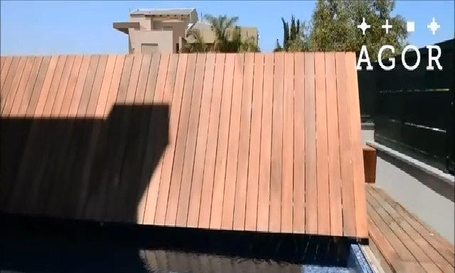 Bể bơi có nắp gập gỗ đơn giản