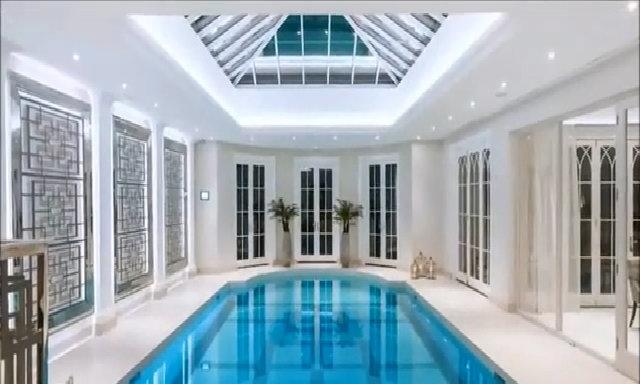 Bể bơi nằm giữa phòng khách nhưng không ai biết
