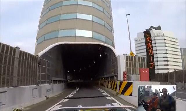 Lái xe xuyên qua cao ốc ở Osaka