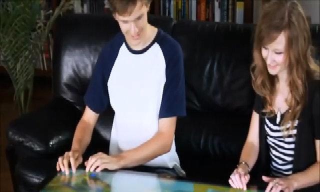 Mặt bàn biến thành màn hình máy tính chống nước