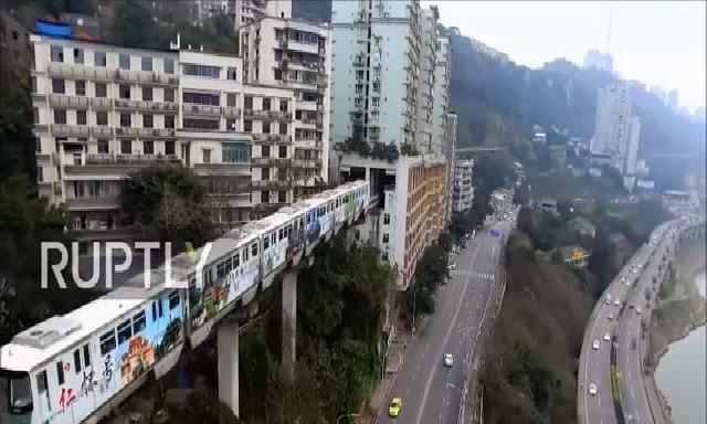 Đoàn tàu đi qua chung cư ở Trung Quốc