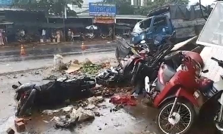 Ôtô tông vào chợ, 5 người chết
