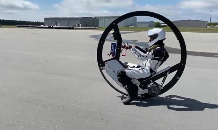 Môtô điện một bánh tốc độ hơn 110 km/h