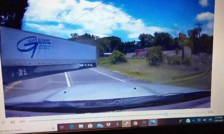 Ôtô vượt đèn đỏ đâm văng đuôi xe container