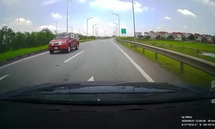 Bán tải đi ngược chiều trên cao tốc