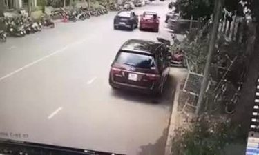 Hai xe sang va chạm trên phố