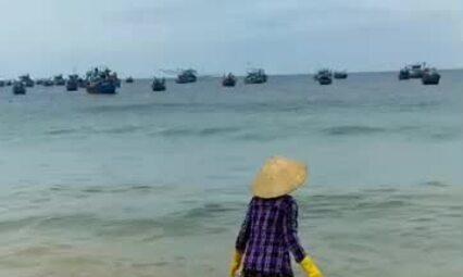 Người phụ nữ đổ rác xuống biển Nhơn Lý