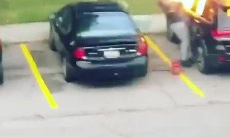 Lửa trùm vào mặt người phụ nữ đốt ôtô