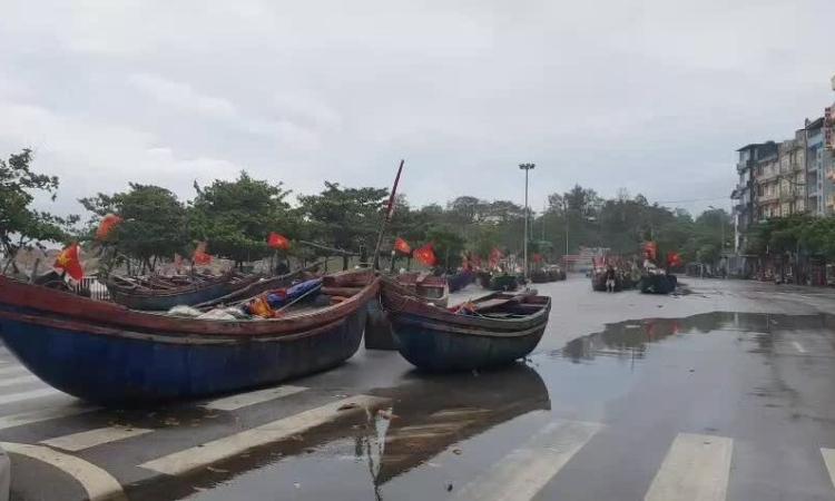 Đưa thuyền bè lên đường tránh bão Sinlaku