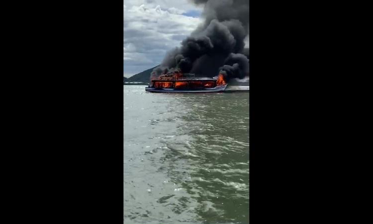 Tàu du lịch chở 25 người bốc cháy trên biển Hà Tiên