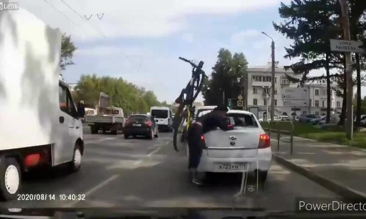 Người đi xe đạp lao vào ôtô, đập đầu vỡ kính sau