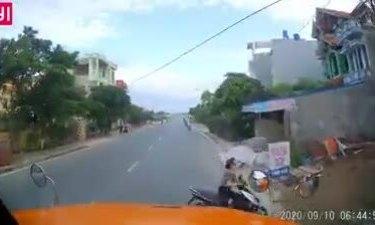 Phụ nữ điều khiển xe máy cắt ngang đầu container