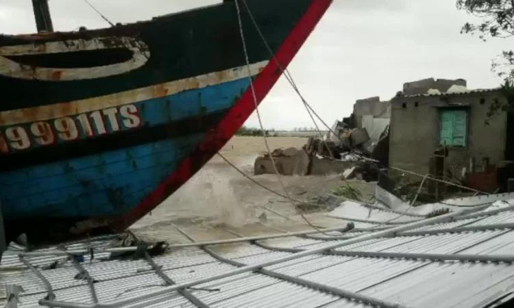 Video tàu cá làm sập nhà dân
