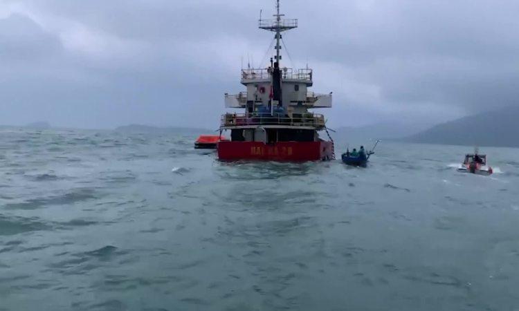 Video ứng cứu tàu gặp nạn