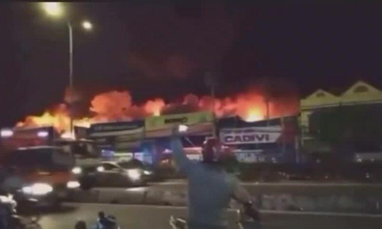 Cháy xưởng lan sang nhà dân ở Sài Gòn
