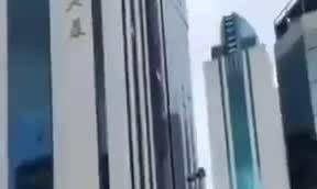 Người Trung Quốc tháo chạy vì tháp cao 355 mét rung lắc