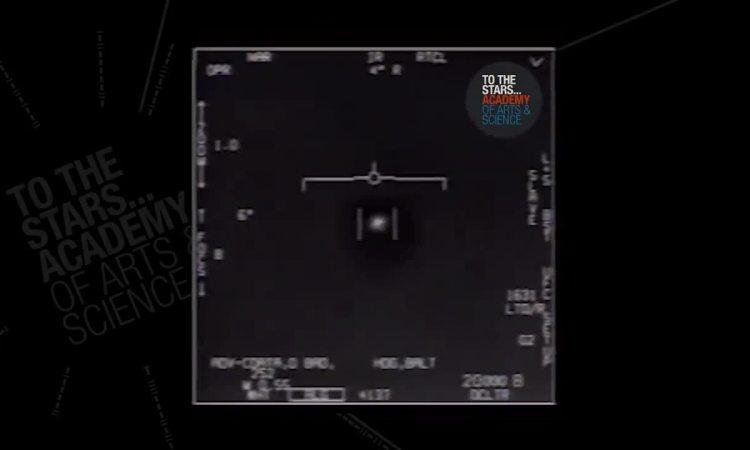 Nữ phi công được săn đón vì UFO