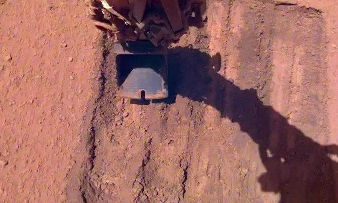 Tàu đổ bộ sao Hỏa 'tắm cát' để làm sạch bụi