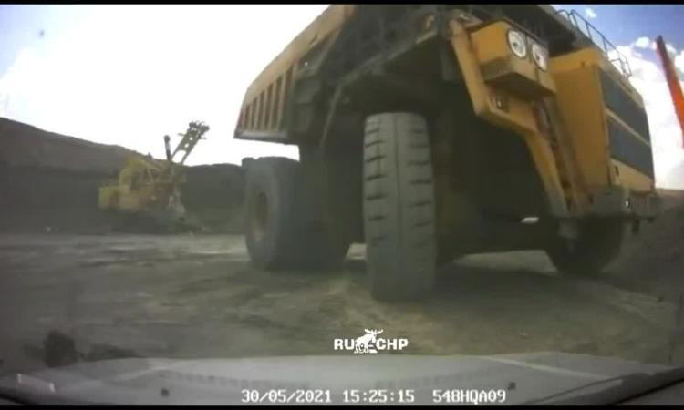 Xe tải khổng lồ chèn nát ôtô con, ba người thoát chết