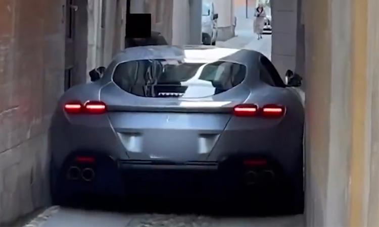 Siêu xe Ferrari kẹt cứng trong hẻm