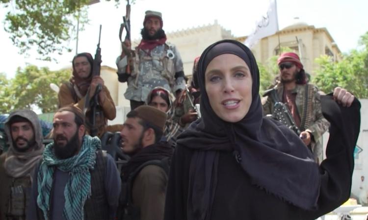 Nữ phóng viên Mỹ phỏng vấn Taliban trên đường phố Kabul